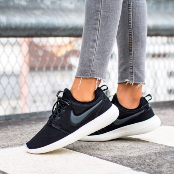 new style d1ee8 653fa NEW - Nike Womens Roshe Two - Black White